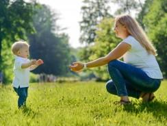 Teaching babies to walk: Frist steps, sweet memories